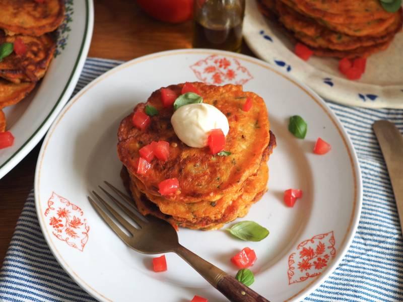 Placki z pomidorów z sosem czosnkowym