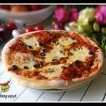Pizza z oliwkami, szynką parmeńską i  rukolą