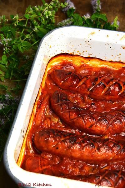 Kiełbasa pieczona z cebulą