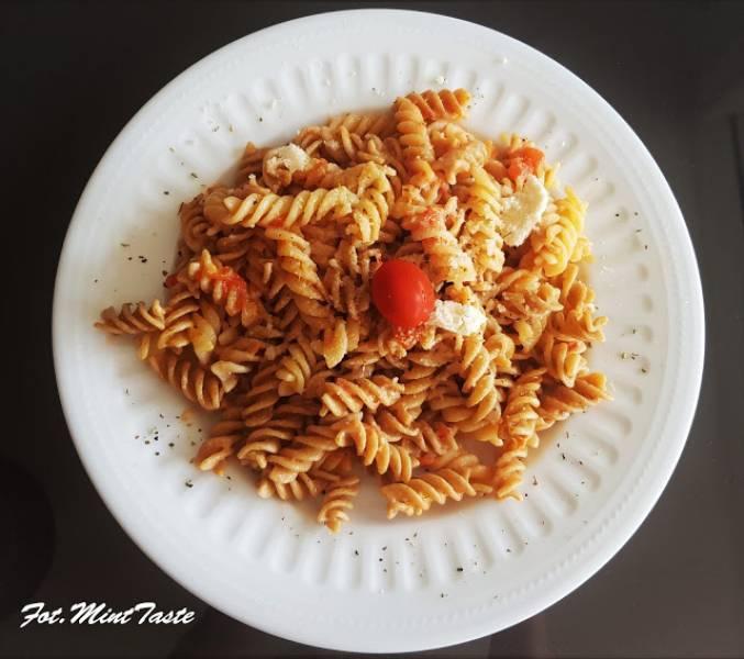 Makaron z serkiem i pomidorami