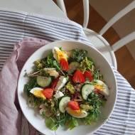 Sałatka z twarogiem, ogórkiem, kiełkami i ziołowym hummusem