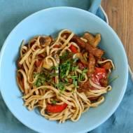 Chow main z wieprzowiną, papryką i pieczarkami