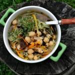 Egzotyczna zupa wegetariańska z cieciorką, mun i makaronem ryżowym
