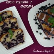 Ciasto kefirowe z jagodami i lukrowaną polewą