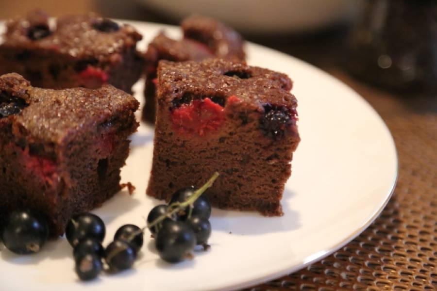 Pyszne ciasto z czarną porzeczką i malinami