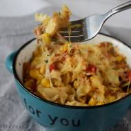 Zapiekany makaron z tuńczykiem, papryką i kukurydzą