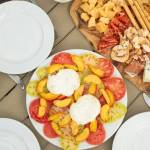 Burrata z pomidorami i brzoskwiniami