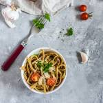Makaron rozmarynowy z suszonymi pomidorami i czosnkiem