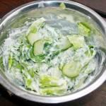 Surówka z sałaty i ogórka w sosie jogurtowym