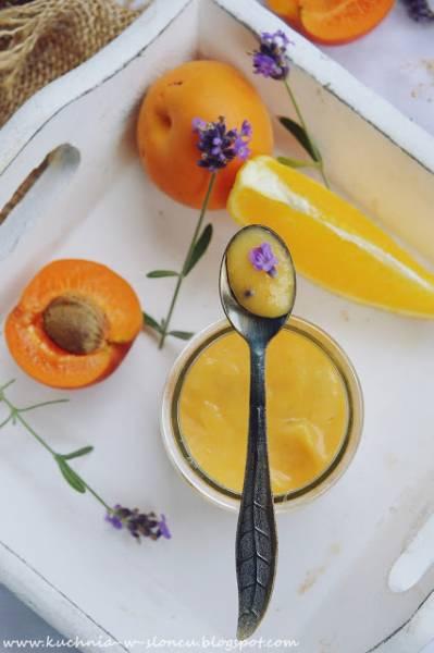 Curd morelowy z lawendą i pomarańczowym tłem