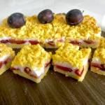 Kruche ciasto z kokosową bezą i śliwkami