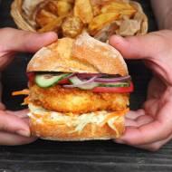 Fishburger z sosem czosnkowym. Przepis krok po kroku.