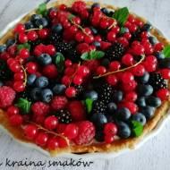 Tarta z kremem z białej czekolady z owocami