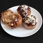 """Muffinki """"zebra"""" z polewą czekoladową i migdałami"""