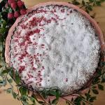 Tarta pistacjowa z malinami i czarną porzeczką, w środku również delikatny, zapieczony krem śmietankowy ze skórką i sokiem z pom