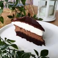 Czekoladowy sernik czekoladowy spód z intensywną czekoladową warstwą sernika, lekki mus sernikowy i polewa z czekolady belgijski
