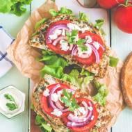 Kanapki z ziołowym omletem i fetą