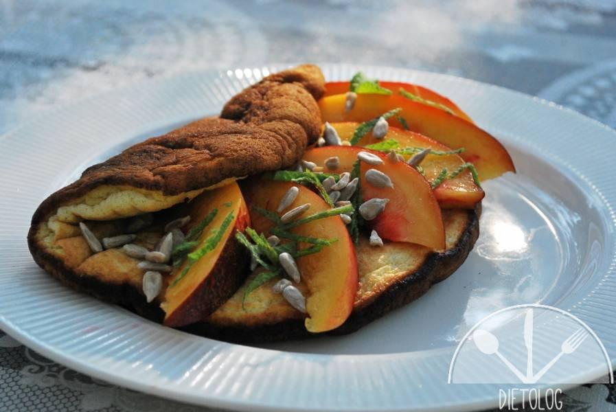Biszkoptowy omlet jaglany z nektarynką