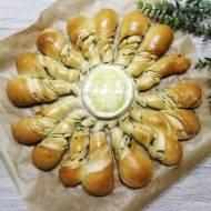 Jogurtowy chlebek ziołowo-czosnkowy do odrywania, z serem camembert