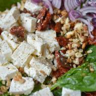Sałatka z suszonymi pomidorami i serem feta