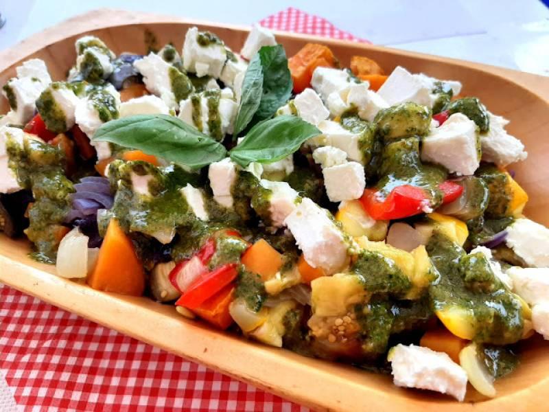 Sałatka z pieczonych warzyw z fetą i ziołowym sosem
