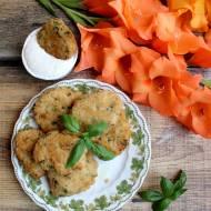 Kotlety ryżowe z zieloną pietruszką i sosem czosnkowym