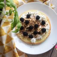 Omlet biszkoptowy z jogurtem Skyr i jeżynami