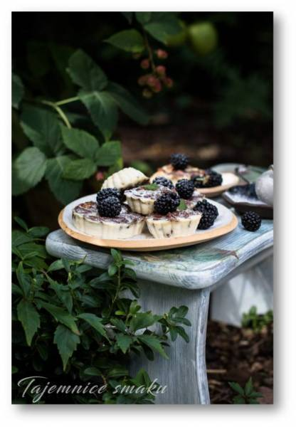 Serniczki z czekoladowymi kukurydzianymi płatkami i słodkim zagęszczonym mlekiem