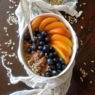 Owsianka czekoladowa z nektarynkami, borówkami i słonecznikiem
