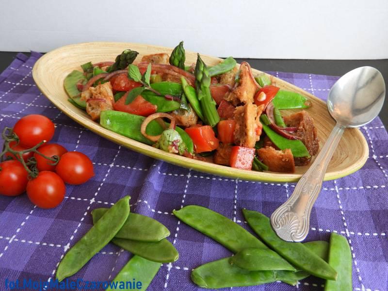Panzanella z groszkiem cukrowym i szparagami