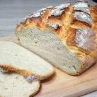 Domowy chleb z chrupiącą skórką na maślance