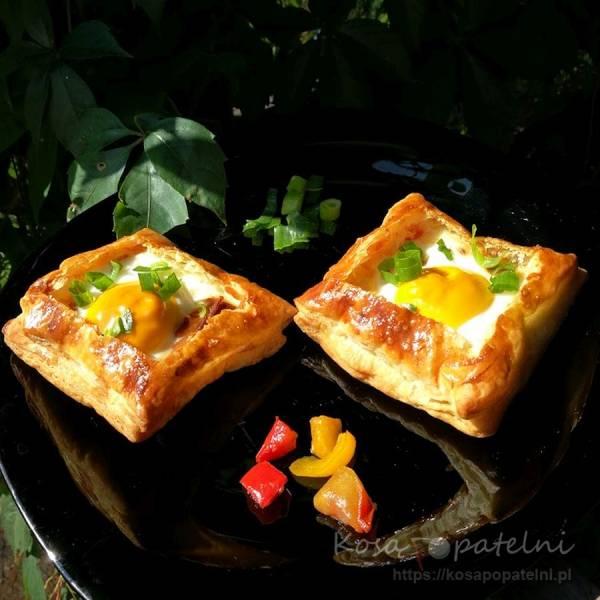 Koszyczki z ciasta francuskiego z szynką i jajkiem na śniadanie