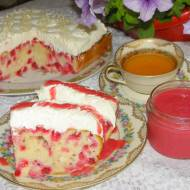 ciasto mocno porzeczkowe z bitą śmietaną i musem porzeczkowym...