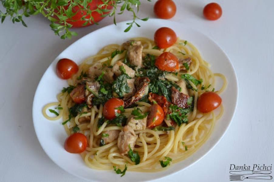 Spaghetti z kurczakiem, szpinakiem i suszonymi pomidorami