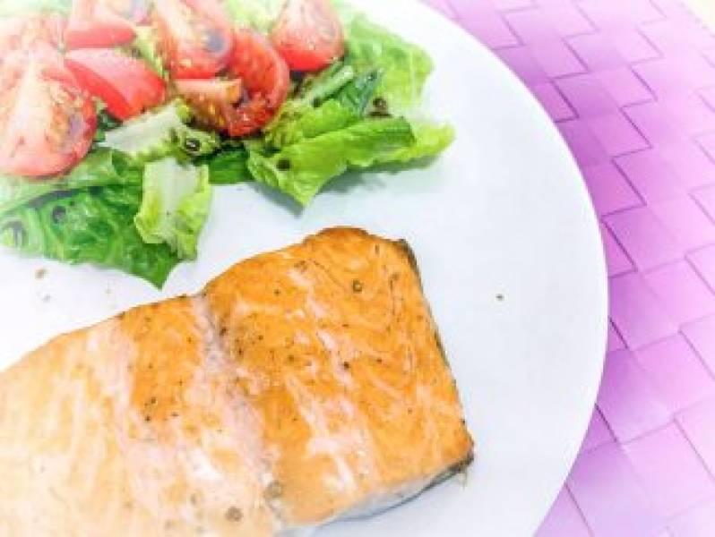 Pieczony łosoś z sałatą rzymską i pomidorkami