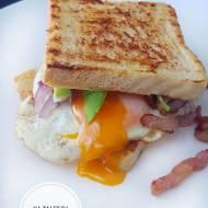 Śniadanie mistrzów, tost z jajkiem sadzonym i boczkiem