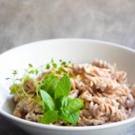 Pełnoziarnisty makaron z burratą i prosciutto w 5 minut