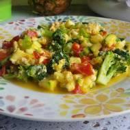 Jajecznica z cukinią i  brokułem