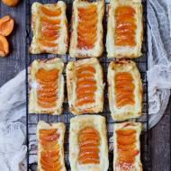 Mini tarty z ciasta francuskiego z morelami