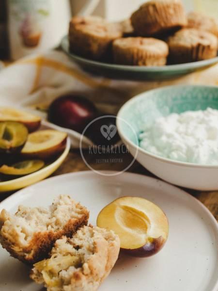 Babeczki z białą czekoladą i śliwkami