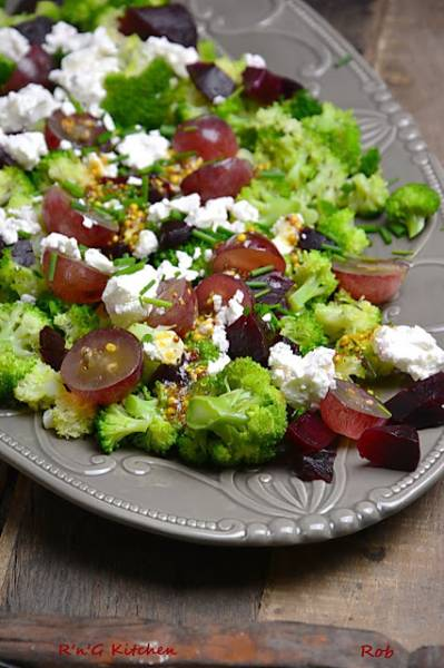 Sałatka z brokułem, fetą i winogronem