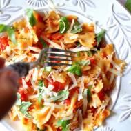 Farfalle z pomidorem i bazylią w (prawie) 5 minut