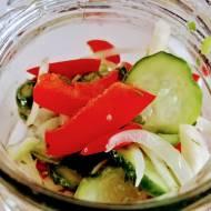 Sałatka w słoikach z ogórków, papryki i cebuli