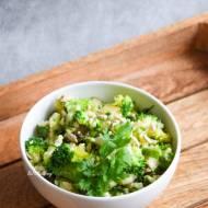 Zielona sałatka z kaszą jaglaną, brokułem i ogórkami małosolnymi FIT