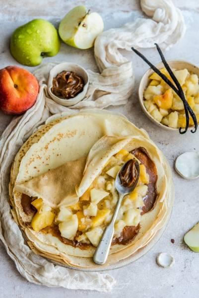 Naleśniki z kajmakiem, duszonymi jabłkami, brzoskwiniami i wanilią