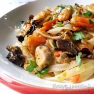 Makaron ryżowy z owocami morza – obiad mocno zmieszany