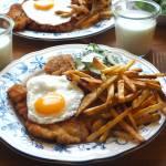 Sznycel z jajkiem sadzonym – przepis krok po kroku