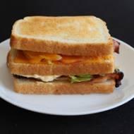 Kanapka na ciepło z chrupiącym boczkiem, salami i cheddarem