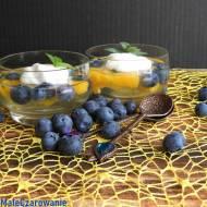 Kolorowy, szybki deser z owocami - galaretką z borówkami i mango z kwaśną śmietaną i miętą