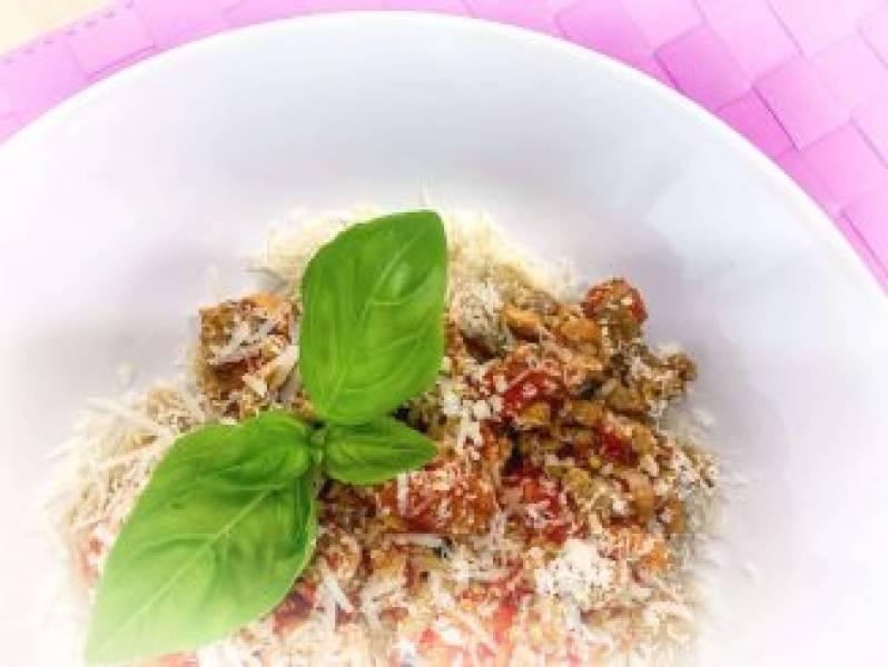 Makaron z mięsem mielonym i pomidorami